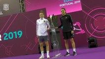 Clàudia Pons y Ana Luján posan con la copa del primer Europeo Femenino de Fútbol Sala