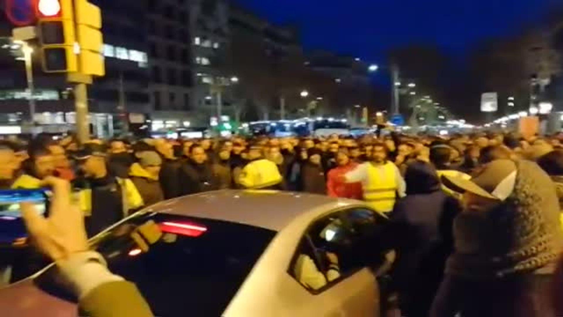 Incidentes en el primer día de huelga de taxis en Barcelona