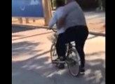 Quand tu prends ton pote en surpoids à l'arrière de ton vélo !