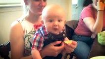 La tête de ce bébé qui goutte du citron pour la première fois !