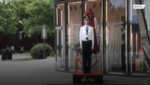 Escultura de cera o persona real? Este guardia chino sorprende a los transeúntes.