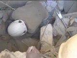 Rescatan con vida a un niño atrapado entre los escombros tras un bombardeo siri