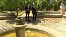 Sánchez y Torra pasean por los jardines de la Moncloa