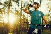 Ausreichend mit Wasser versorgt, während des Mountainbiken