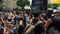 المتظاهرون يغلقون شارع رئيسيا بالقرب من البرلمان في هونغ كونغ