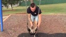 Cet homme joue avec son kangourou de compagnie... Adorable