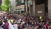 Hong Kong: des milliers de manifestants entourent le siège de la police