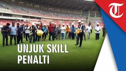 Menpora Unjuk Skill Sepakbola di Stadion Papua Bangkit