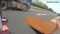 Un camión en China pierde parte del techo que impacta contra otro vehículo