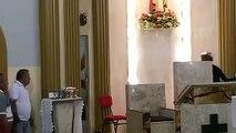 Un homme casse des objets dans une église avant d'être maîtrisé par les fidèles