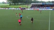 Football - Il giocatore si aspetta il cartellino, ma l'arbitro lo spiazza