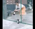 Un enfant trolle une fille qui veut faire passer une bouteille de vin au dessus d'un grillage !