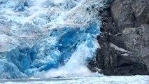 Gletscher kalbt: Riesiger Eisbrocken stürzt in Alaska ins Meer