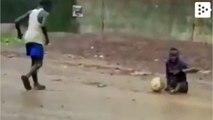 Un niño sin piernas juega al fútbol con zapatillas en las manos
