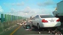 Un camion plein de poulets se renverse sur l'autoroute