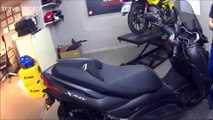 unboxing YAMAHA Χ-MAX 300 (scooter unboxing the right way)