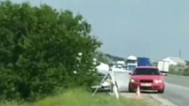 Des automobilistes s'arrêtent pour asperger avec un extincteur un radar et une voiture de police