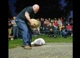 Le gros fail d'un homme qui porte une pierre pendant un concours !