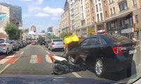 Un homme en scooter veut prendre la fuite après avoir percuté une voiture !