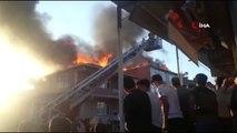 Sultanbeyli'de 2 binanın çatısı alev alev böyle yandı