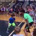Marcus Smart sans pitié avec un jeune basketteur