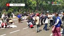 Momen Salat Zuhur Berjamaah Massa PA 212 di Dekat Gedung MK