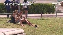 Les Parisiens se rafraîchissent au pied de la Tour Eiffel