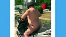 La polizia arresta un uomo nudo sullo scooter