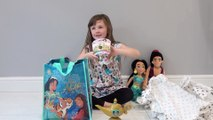 Sophia vestida de  Jasmine e Gênio da Lâmpada Mágica da Disney Princesas