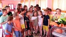 Génelard : émotion avec le cadeau des enfants pour le départ de leur cantinière