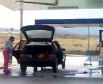 Elle nettoie sa voiture et n'oublie aucune partie