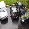 Ce papy a une méthode bien à lui pour sortir sa voiture du parking