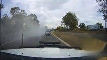 Un conducteur joue les magiciens en pleine route : disparition dans un nuage de fumée