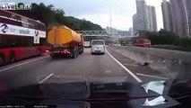 Renversement d'un camion citerne qui se vide d'eau sur l'autoroute !