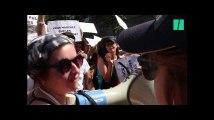 À la Gay Pride de Paris, des manifestantes bloquent le char d'Air France
