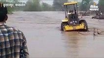 बुरहानपुर में जोरदार बारिश से सूखी नदी में आई बाढ़, पुलिया निर्माण में लगे 7 मजदूर फंसे, रेस्क्यू कर निकाला