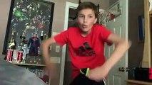 Il s'entraîne à être Spiderman.. et s'éclate au sol de sa chambre !