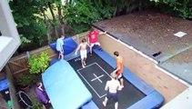 Super saut en trampoline avec l'aide des ses amis