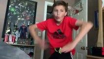 Un jeune garçon s'entraîne à être Spiderman...
