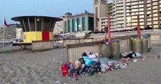 Des habitants d'une ville belge découvrent la plage jonchée de déchets, laissés par les touristes