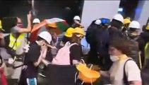 Cientos de manifestantes asaltan la Asamblea Legislativa de Hong Kong