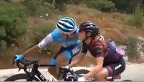 Deux cyclistes s'embrassent en pleine course !