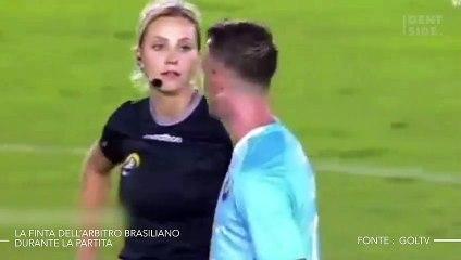 La finta dell'arbitro brasiliano durante la partita