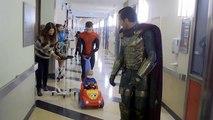 Spider-man rend visite à des enfants hospitalisés de Los Angeles