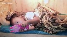 6 serpents entourent cette fillette quand elle dort dans son lit !