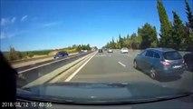 Un automobiliste croise une voiture à l'arrêt sur l'autoroute A7