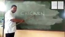 Ce professeur a une drôle de manière d'enseigner l'anglais. Regardez !