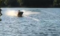 Ils s'amusent sur une barque tirée à toute vitesse par un tracteur !