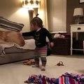 Ce bébé essaie de faire descendre son chien du fauteuil. A mourir de rire !