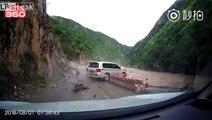 Un conducteur de 4x4 évite de justesse un glissement de terrain impressionnant... bon karma